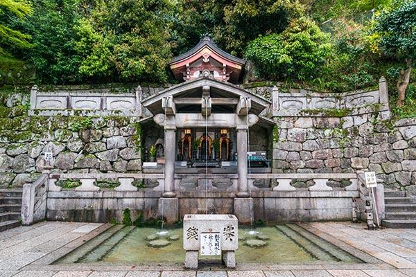 京都・清水寺の「音羽の滝」